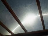 Průnik světla přes natřené střešní okno